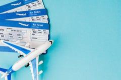 Paszporta, samolotowego i lotniczego bilet na b??kitnym tle, Podr??y poj?cie, kopii przestrze? fotografia stock