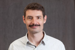 Paszportowa fotografia uśmiechnięty forties mężczyzna z wąsy Zdjęcia Royalty Free