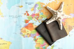 Paszporty i denna gwiazda na światowej mapie, odgórny widok fotografia royalty free
