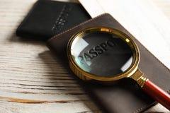 Paszporty i powiększać - szkło na drewnianym stole obrazy royalty free