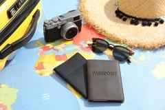 Paszporty i turystyczne rzeczy na światowej mapie obraz stock