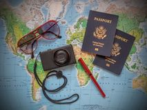 Paszporty na urlopowej podróży mapie zdjęcia stock