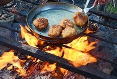 Paszteciki smażyli w wielkiej smaży niecce nad ogniskiem w marszowych warunkach Zdjęcia Stock