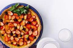 Pasztetowe truskawki, czarne jagody i czernicy, Odgórny widok Obrazek dla menu lub ciasteczka katalogu milka zdjęcie stock