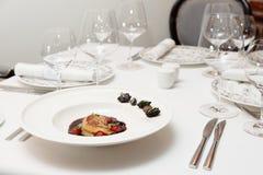 Pasztety z gęsich wątróbek rozdają, formalny restauracyjny położenie zdjęcia stock
