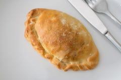 Patè al forno su un piatto bianco con il coltello e la forcella Immagini Stock
