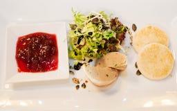 Patè casalingo con la salsa di mirtillo rosso e del pane tostato Fotografie Stock Libere da Diritti