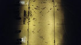 Patín de la gente en la pista de hielo metrajes