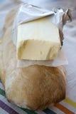 Pat von Butter auf einem Brotlaib Lizenzfreies Stockbild