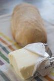 Pat von Butter auf einem Brotlaib Lizenzfreie Stockfotografie