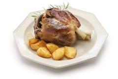 Pata com batatas roasted, culinária italiana da carne de porco Fotos de Stock