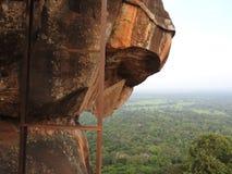Pata de piedra del león y otros elementos encima de la roca del león, Sigiriya, Sri Lanka, sitio del patrimonio mundial de la UNE fotos de archivo libres de regalías
