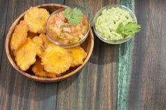 Patacon eller toston stekte och slätade stycken av grön pisang, traditionellt mellanmål eller ackompanjemang i det karibiskt, gua arkivbild