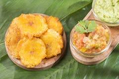 Patacon eller toston stekte och slätade stycken av grön pisang, traditionellt mellanmål eller ackompanjemang i det karibiskt, gua arkivfoto
