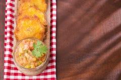 Patacon eller toston stekte och slätade stycken av grön pisang, traditionellt mellanmål eller ackompanjemang i det karibiskt, gua royaltyfria foton