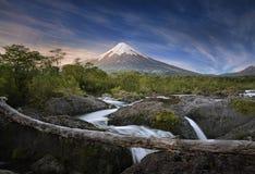 Patagonia, Cile. Vulcano dell'Osorno e cadute di Petrohue. Immagini Stock Libere da Diritti