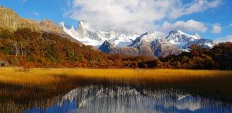 Patagonian jesień kolory Laguna Capri Fitz Roy zakrywający chmurami i góra, Argentyna zdjęcia royalty free