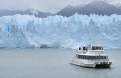 Patagonian Landschaft mit Gletscher und Kreuzfahrt Stockfotografie