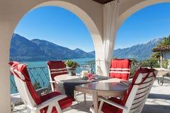 Patamar com tabela e cadeiras fotografia de stock royalty free