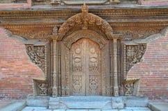 Patan,尼泊尔, 2012年10月, 26日,尼泊尔场面:没人,古老木被雕刻的门 免版税库存图片