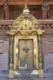 Patan,尼泊尔, 2013年10月, 09日,尼泊尔场面:没人,金黄门在古老Durbar广场的王宫 在春天2015年 免版税库存图片