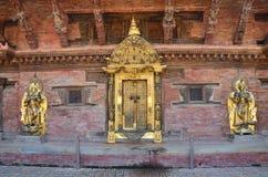 Patan,尼泊尔, 2013年10月, 09日,尼泊尔场面:没人,金黄门在古老Durbar广场的王宫 在春天2015年 库存照片