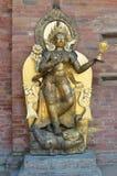 Patan,尼泊尔, 2013年10月, 09日,尼泊尔场面:没人,金黄雕塑在古老Durbar广场的王宫 在春天2015年 免版税库存照片