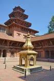 Patan,尼泊尔, 2013年10月, 09日,尼泊尔场面:没人,金黄雕塑在古老Durbar广场的王宫 在春天2015年 免版税库存图片