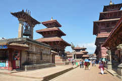 Patan,尼泊尔, 2013年10月, 09日,尼泊尔场面:走在古老Durbar广场的游人 在可以2015部分地被毁坏的正方形 免版税库存照片