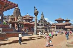 Patan,尼泊尔, 2013年10月, 09日,尼泊尔场面:走在古老Durbar广场的游人 在可以2015部分地被毁坏的正方形 免版税图库摄影