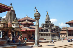 Patan,尼泊尔, 2013年10月, 09日,尼泊尔场面:走在古老Durbar广场的游人 在可以2015部分地被毁坏的正方形 库存照片