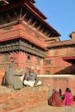 PATAN,尼泊尔- 2014年12月21日:两个尼泊尔人谈论在Durbar广场 免版税库存照片