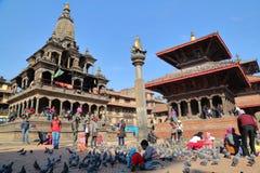 PATAN, ΝΕΠΆΛ - 19 ΔΕΚΕΜΒΡΊΟΥ 2014: Τετράγωνο Durbar με το ναό Bishwanath Mandir, άγαλμα Garuda στη στήλη και ναός Krishna Mandir Στοκ φωτογραφία με δικαίωμα ελεύθερης χρήσης