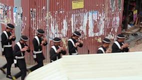 Patan, Νεπάλ - circa 2013: Μη αναγνωρισμένοι μουσικοί που βαδίζουν κοντά στην πλατεία Durbar απόθεμα βίντεο