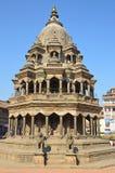 Patan, Непал, старый индусский каменный висок Krishna Mandir на квадрате Durbar Весной квадрат 2015 частично разрушенный во время Стоковые Фото