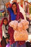 Patan: Donna indiana con il suoi derivato e bustine di tè di erbe in lei immagini stock libere da diritti