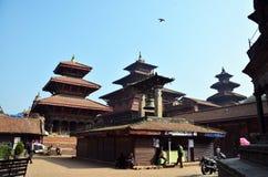 旅客和尼泊尔人民走向Patan Durbar 免版税库存图片