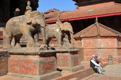PATAN, NÉPAL - 21 DÉCEMBRE 2014 : Deux hommes népalais discutant à la place de Durbar Image stock