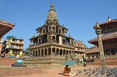 Patan, Népal, octobre, 26, 2012, scène de Nepali : Touristes marchant sur la place antique de Durbar Dans peut la place 2015 part Photos libres de droits