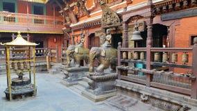 PATAN, NEPAL - 19 DE DEZEMBRO DE 2014: O pátio no templo dourado Imagens de Stock Royalty Free