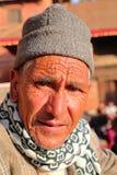 PATAN, NEPAL - 21 DE DEZEMBRO DE 2014: Retrato de um homem nepalês idoso no quadrado de Durbar imagens de stock royalty free