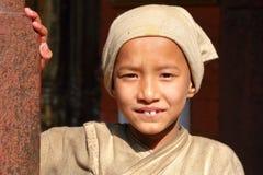 PATAN, NEPAL - 22 DE DEZEMBRO DE 2014: Retrato de uma monge nova no templo dourado fotografia de stock royalty free