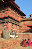 PATAN, NEPAL - 21 DE DICIEMBRE DE 2014: Dos hombres nepaleses que discuten en el cuadrado de Durbar Foto de archivo libre de regalías