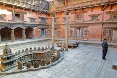 PATAN, NEPAL - DECEMBER 21, 2014: Binnenplaats van Mul Chowk Royal Palace met een Koninklijke Stepwell, Durbar-Vierkant Stock Afbeelding
