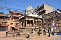 Patan, Nepal, Oktober, 26, 2012, Nepali-Szene: Leute, die auf alte Mitte von Bhaktapur gehen Stockbilder