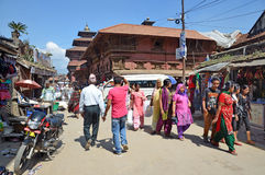Patan, Nepal, Oktober, 26, 2012, Nepali-Szene: Leute, die auf alte Mitte von Bhaktapur gehen Lizenzfreie Stockfotos