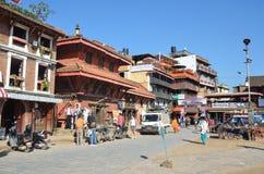 Patan, Nepal, Oktober, 26, 2012, Nepali-Szene: Leute, die auf alte Mitte von Bhaktapur gehen Lizenzfreies Stockbild