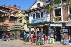 Patan, Nepal, Oktober, 26, 2012, Nepali-Szene: Leute, die auf altes Durbar-Quadrat gehen Lizenzfreie Stockfotos
