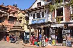 Patan, Nepal, Oktober, 26, 2012, Nepali-Szene: Leute, die auf altes Durbar-Quadrat gehen Stockfotografie