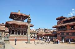 Patan Nepal, Oktober, 09, 2013, Nepaliplats: Turister som går på den forntida Durbar fyrkanten Arkivfoto